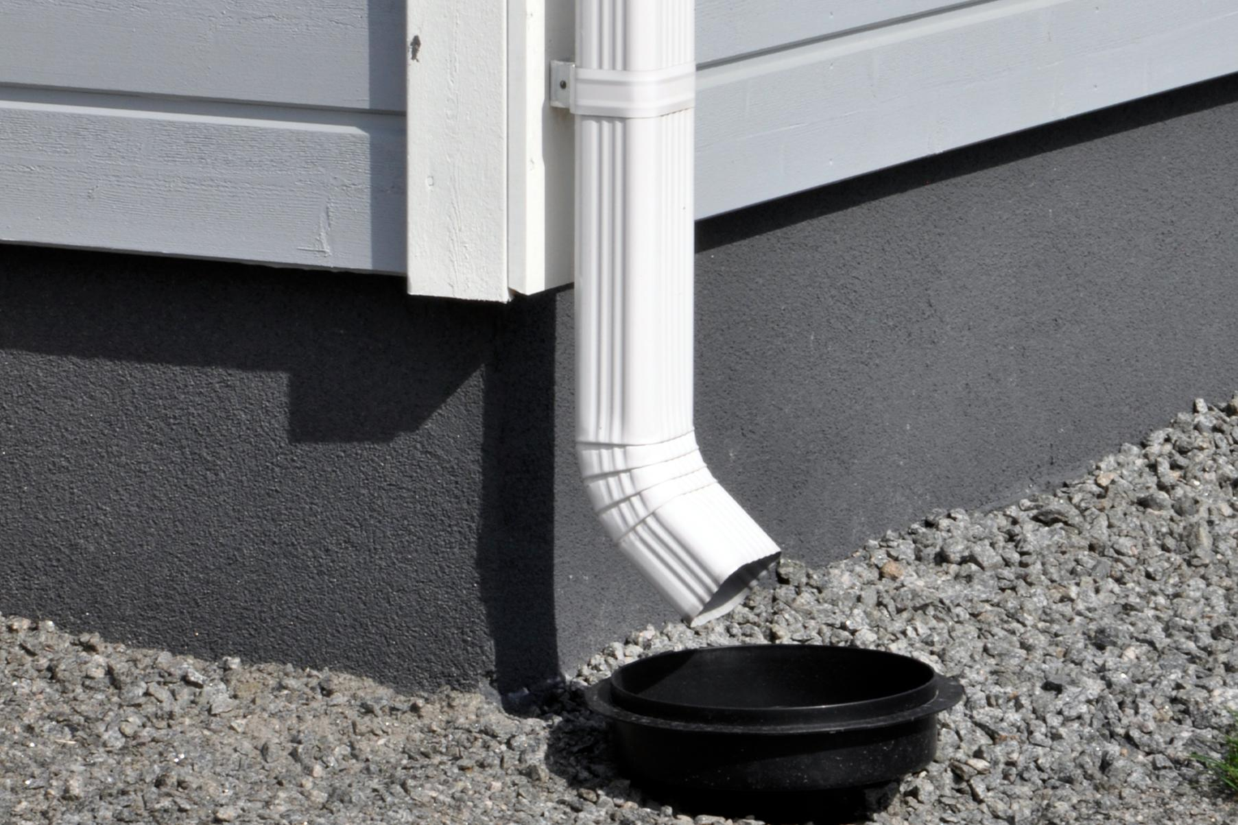 Kanttikkaan sadevesijärjestelmän ulosheittäjä on suunnattu oikein sadevesikaivoon. Näin vesi ei pääse roiskumaan talon rakenteisiin.