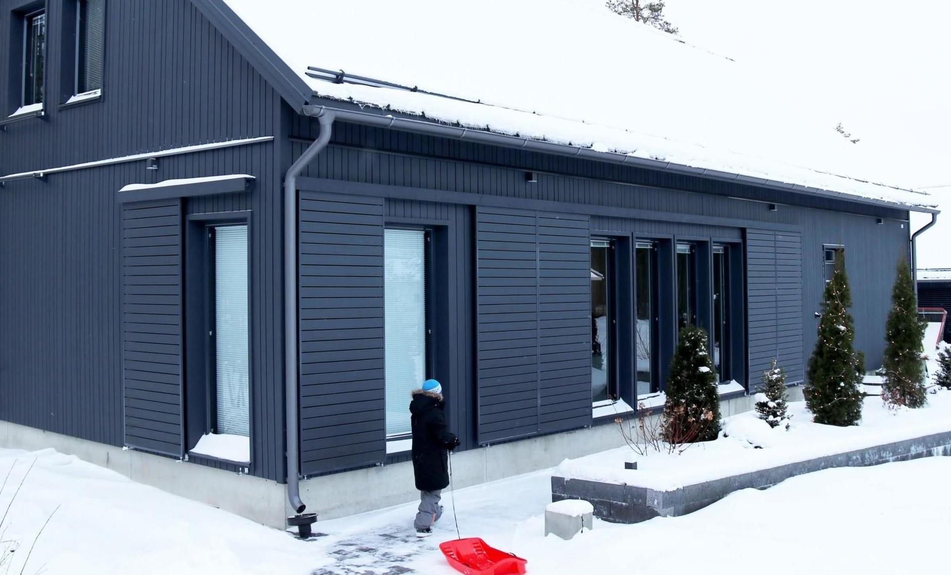 Lumiesteet estävät lumen ja jään putoamisen katolta.
