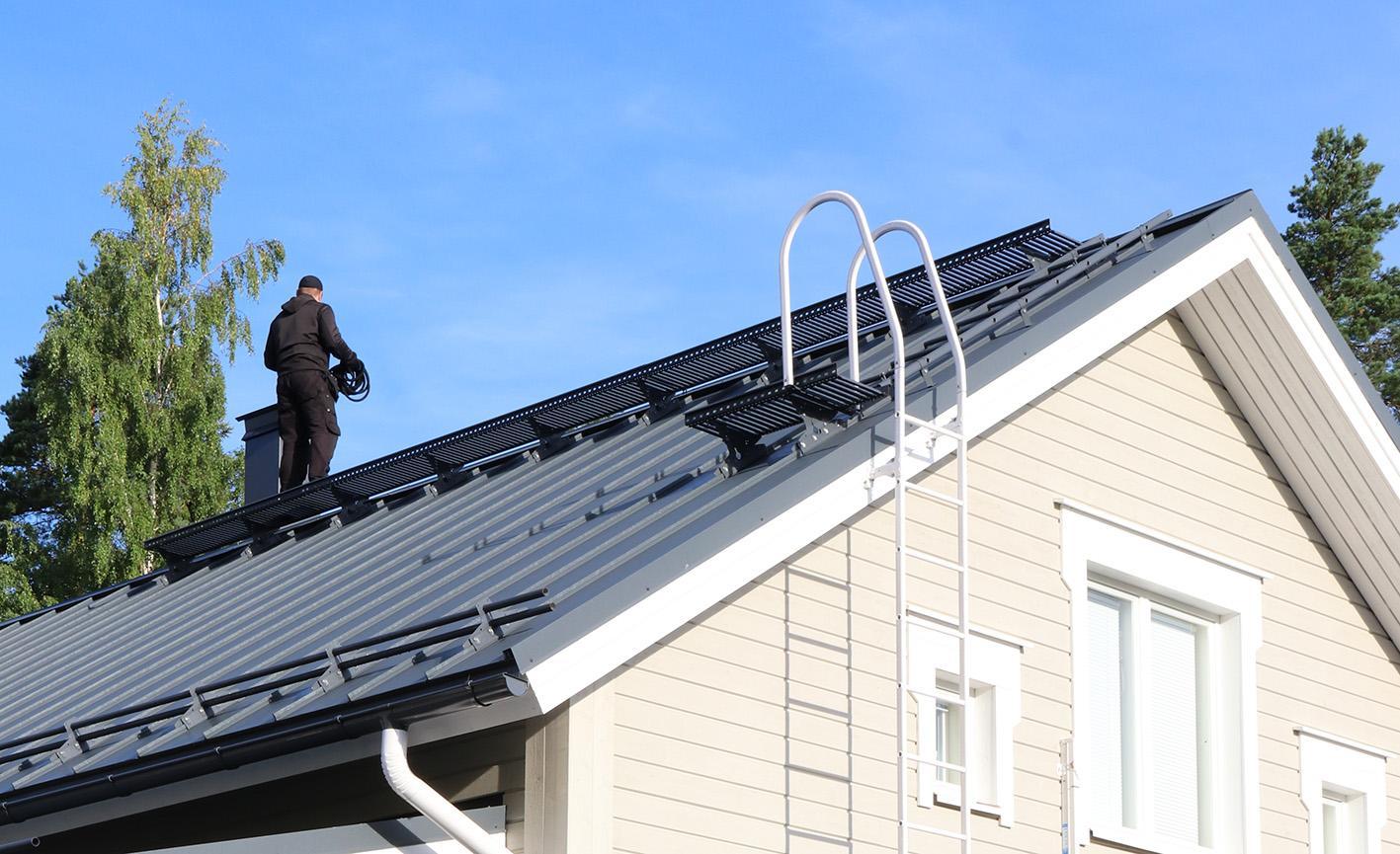 Pisko Kattaturvatuotteilla, seinätikkailla, kattotikkailla ja kattosillalla nuohooja pääsee helposti katolle ja liikkumaan siellä turvallisesti.
