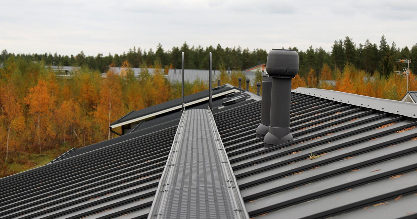 Kattosilta rivitalon katolla